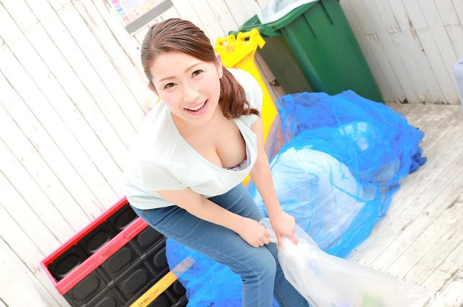 彩月あかり 朝ゴミ出しする近所の遊び好き隣のノーブラ奥さん 1