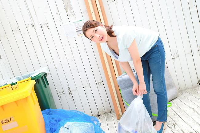 彩月あかり 朝ゴミ出しする近所の遊び好き隣のノーブラ奥さん 4
