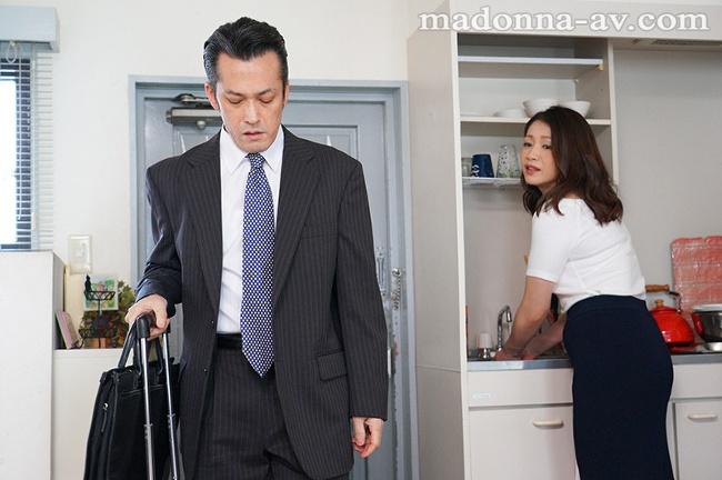 友田真希 唾液の糸が絡みあう大人の接吻性交 1