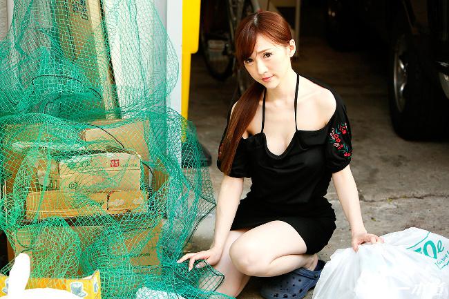 朝ゴミ出しする近所の遊び好きノーブラ奥さん すみれ美香 一本道 1