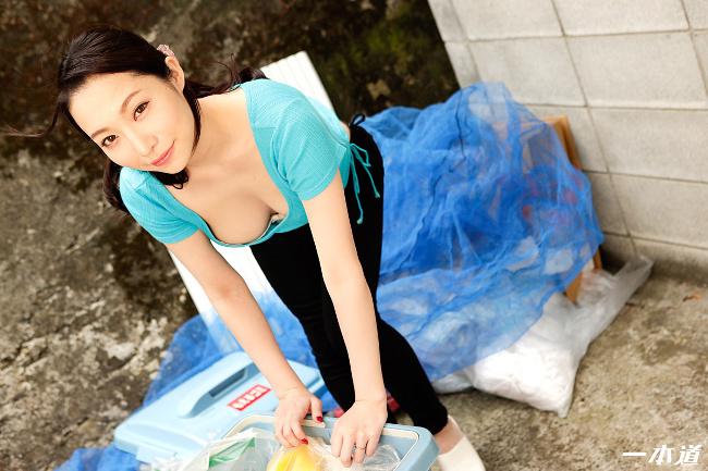 朝ゴミ出しする近所の遊び好きノーブラ奥さん 吉岡蓮美 一本道 1