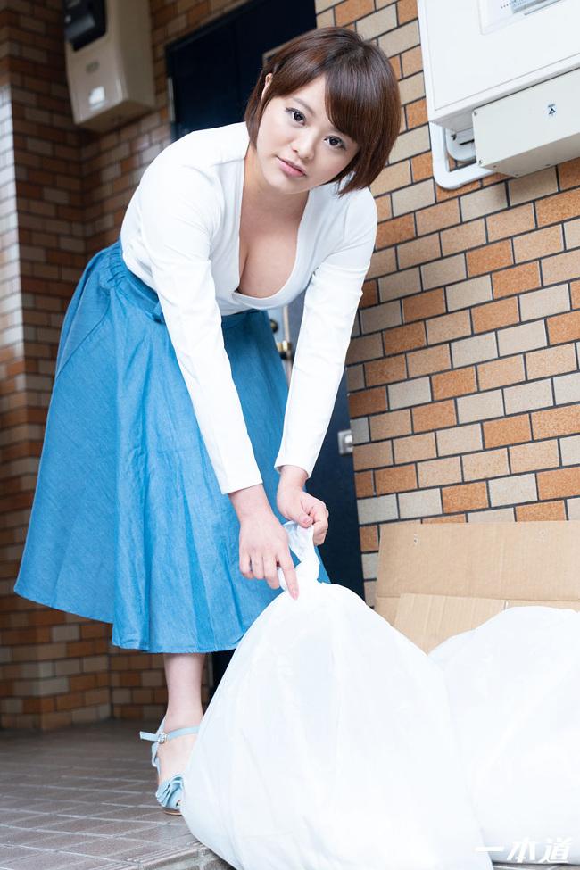 朝ゴミ出しする近所の遊び好きノーブラ奥さん 青山未来 一本道 1