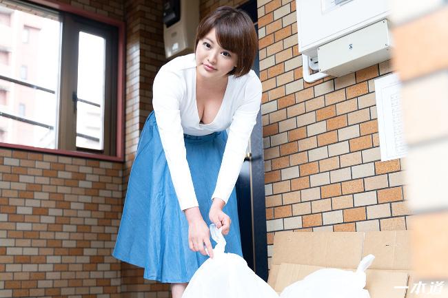 朝ゴミ出しする近所の遊び好きノーブラ奥さん 青山未来 一本道 3