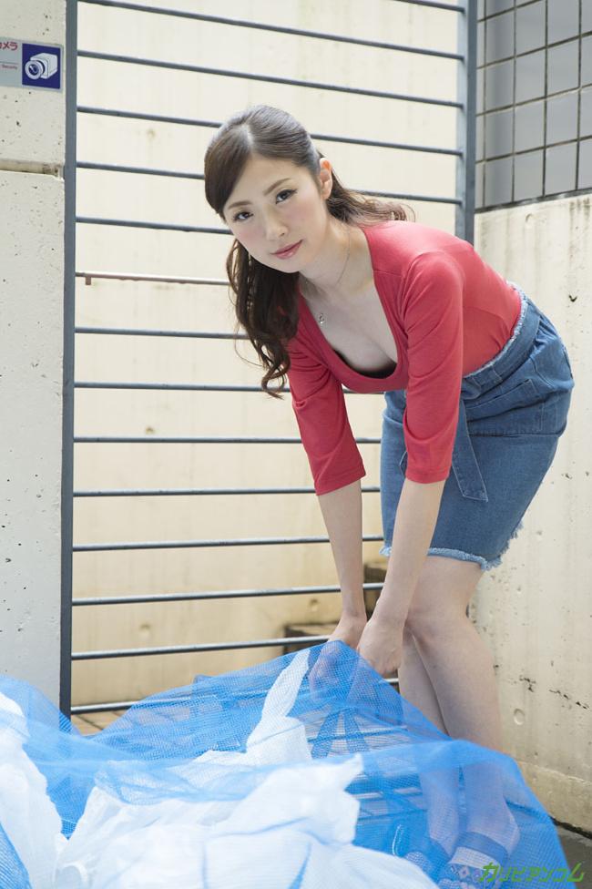 ヤリマンと噂の隣の奥さんは浮きブラでゴミ出し場に現れる 冴君麻衣子 カリビアンコム 1