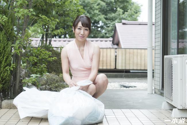 朝ゴミ出しする近所の遊び好きノーブラ奥さん 村上佳苗 一本道 1