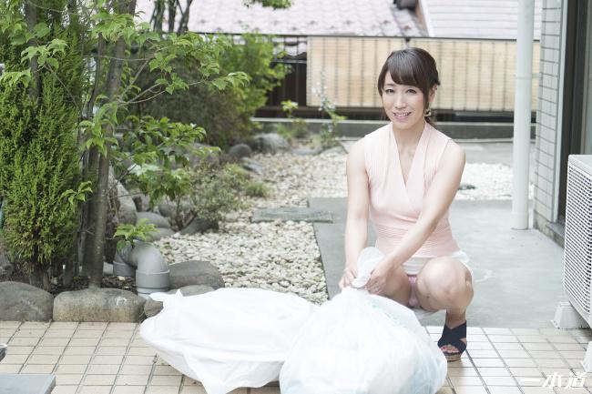 朝ゴミ出しする近所の遊び好きノーブラ奥さん 村上佳苗 一本道 3