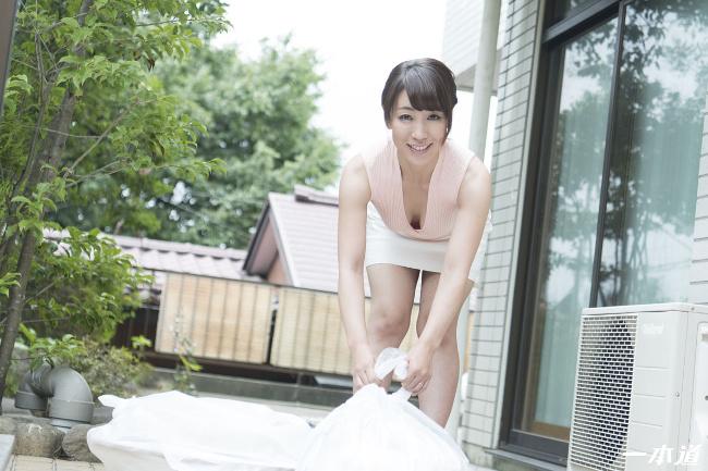 朝ゴミ出しする近所の遊び好きノーブラ奥さん 村上佳苗 一本道 4